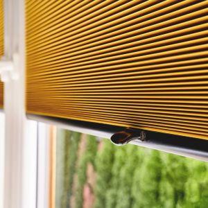 Poza podstawową funkcją jaką jest ochrona wnętrza przed nadmiernym nasłonecznieniem, żaluzje plisowane ozdabiają pomieszczenia. Fot. Anwis