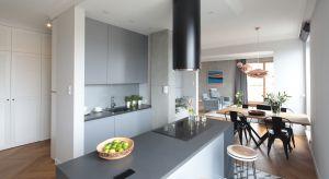 Mieszkanie młodej rodziny z dzieckiem było pierwszym, którego urządzenie inwestorzy powierzyli profesjonaliście. Owocem współpracy z arch. Katarzyną Mikulską-Sękalską jest wnętrze łączące nowoczesny minimalizm z oryginalną organizacją prz