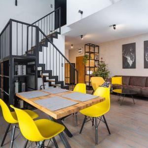 Salon z kuchnią i jadalnią. Projekt: Małgosia Bielecka (Capricorn Interiors). Fot. Kąty Proste