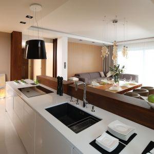 Ciepło i minimalizm widoczne są we wszystkich pomieszczeniach tego nowoczesnego apartamentu. Projekt: Laura Sulzik. Fot. Bartosz Jarosz