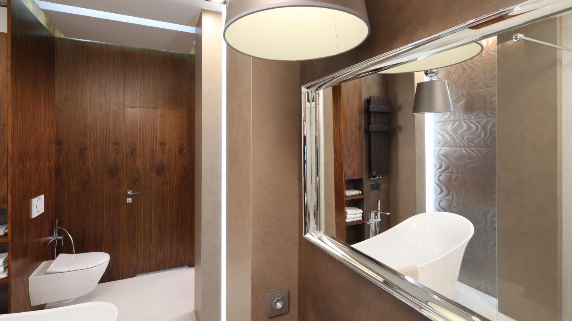 łazienka Przy Sypialni Z Wanną I Kabiną Prysznicową