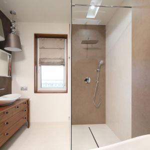 Kabinę prysznicową typu walk-in tworzy pojedyncza tafla szkła. Projekt: Laura Sulzik. Fot. Bartosz Jarosz