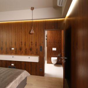 Elegancja łazienka przy sypialni. Projekt: Laura Sulzik. Fot. Bartosz Jarosz
