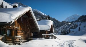 Kiedy za oknem sypie śnieg, a na szybach powstają mroźne mozaiki z sentymentem myślimy o wyjeździe w góry. Za co kochamyklimatyczne drewniane domy i pensjonaty, które są nieodzownym elementem górskiego krajobrazu?