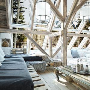 Kiedy za oknem sypie śnieg, a na szybach powstają mroźne mozaiki z sentymentem myślimy o wyjeździe w góry. Fot. 123rf.com