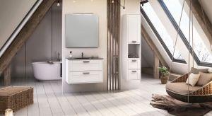 W łazience na poddaszu drewno czuje się i prezentuje doskonale. To materiał, który nieodłącznie kojarzy się z przestrzenią pod skosami, chociażby z uwagi na obecność drewnianych belek stropowych.
