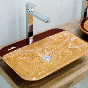 Ekskluzywna umywalka Alga o prostej, ultralekkiej formie, wykonana z drewna bukowego w kolorze brunatnym, pokryta egzotycznym drewnem padouk. Fot. Szkilnik Design