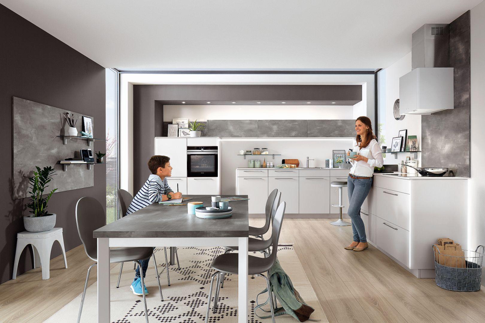 Fashion171 – gładkie lakierowane fronty w połączeniu z ciekawymi uchwytami, dodatkami i funkcjonalnym sprzętem AGD tworzą nowoczesną zabudowę kuchenną. Fot. Verle Küchen