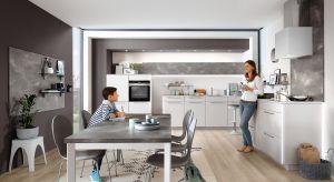 Rodzinna kuchnia to miejsce szczególne. Jej familijny charakter wydobędzie zabudowa meblowa, która zbuduje ciepły klimat i zapewni komfort na co dzień.
