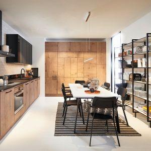 Timbre – imitacja dębowego forniru na frontach jest prawdziwa ozdobą kuchni. Dodatkowo istnieje możliwość wyboru kierunku usłojenie  w pionie lub poziomie. Fot. Nolte Küchen