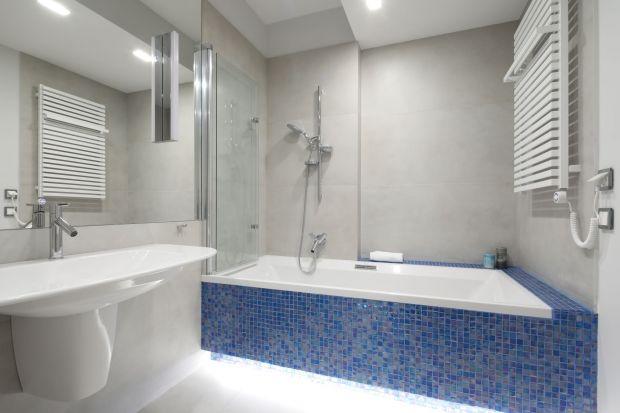 Łazienka sąsiadująca z główną sypialnią została zaprojektowana zgodnie z życzeniem inwestorki. Jej wystrój miał się kojarzyć z morskim klimatem, a obowiązkowym elementem wyposażenia miała być duża umywalka, umieszczona na półpostumenci
