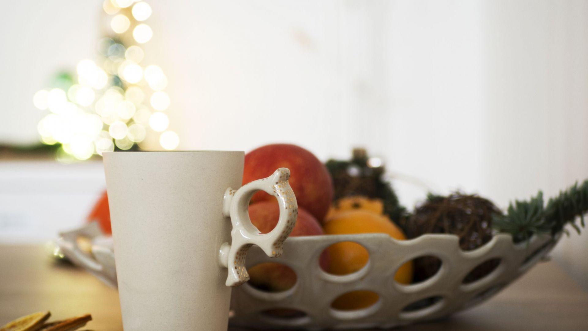 Świąteczny salon i jadalnia w ciepłych barwach. Fot. Make Home