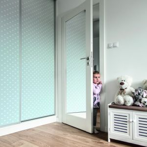 Drzwi wewnętrzne mogą optycznie powiększyć i rozświetlić pomieszczenia, a także dodać im funkcjonalności i oryginalności - Porta Grande z lustrem. Fot. Porta