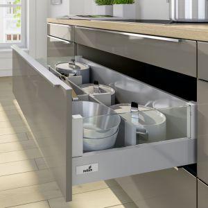 W wysokiej szufladzie można dodatkowo poukładać naczynia w stosy. Dzięki organizerom utrzymamy je w pozycji pionowej nawet podczas ruchów szuflady. Fot. Hettich