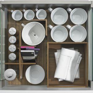 OrgaStore 230 podzieli przestrzeń szuflady ArciTech, wydzielając osobne miejsca dla różnych typów naczyń. Fot. Hettich