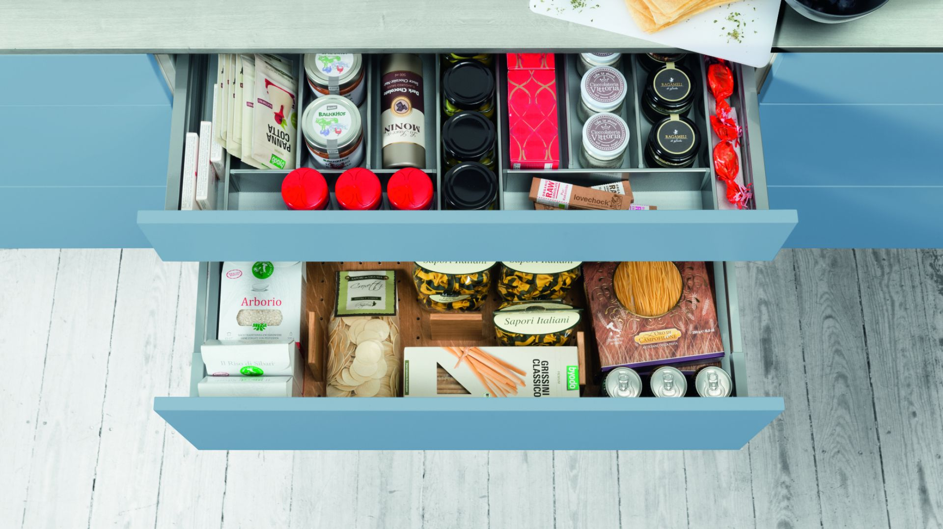 OrgaStore 240 pomoże zoptymalizować powierzchnię szuflady i zaprowadzi porządek wśród torebek, kartoników i słoików z zapasami. Fot. Hettich