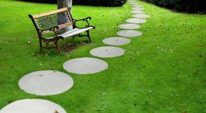 Zimowe miesiące to dobry czas na przemyślenie, jakie zmiany wprowadzić w aranżacji ogrodu na wiosnę. Aby przestrzeń wokół naszego domu była estetyczna, a jednocześnie komfortowa w użytkowaniu, należy starannie dobierać poszczególne elementy.