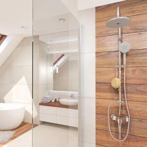 Wykonana ze stali kolumna natryskowa Cers z deszczownią i rączką prysznicową ma specjalny haczyk na akcesoria łazienkowe. Fot. Laveo