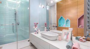 Urządzona z myślą o dwójce dzieci łazienka zachwyca od pierwszego momentu swoją kolorystyką. Zdominowana przez pastelowe odcienie różu i błękitu jest zapowiedzią przyjemnych chwil relaksu, które zapewni funkcjonalne wyposażenie.