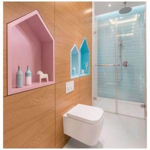Chociaż z pomieszczenia na co dzień korzystają dzieci, w razie potrzeby pełni ona także rolę łazienki gościnnej, w której spisuje się równie dobrze. Projekt: Monika Pniewska. Fot. Pion Poziom