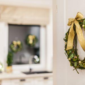 Złoto-zielone dodatki warto zastosować już na wejściu, w formie wieńca lub innej dekoracji zawieszonej na drzwiach. Fot. Pracownia KODO