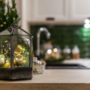 Niewielkie świąteczne ozdoby, np. świeczniki czy lampiony, warto umieścić w miejscach wyłączonych z codziennego użytku – na parapetach, w narożnikach blatów. Fot. Pracownia KODO