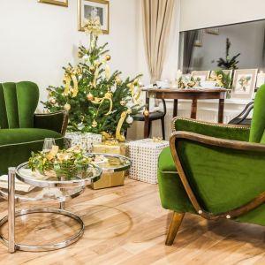 Dekoracje w kolorze złota i trawiastej zieleni to ciekawa alternatywa dla popularnych dotąd połączeń. To propozycja dla osób poszukujących pomysłu na eleganckie, klasyczne i stylowe dekoracje świąteczne. Fot. Pracownia KODO