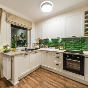 Na subtelne dekoracje świąteczne możemy pozwolić sobie także w kuchni. Trzymajmy się jednak funkcjonalności tego pomieszczenia. Fot. Pracownia KODO
