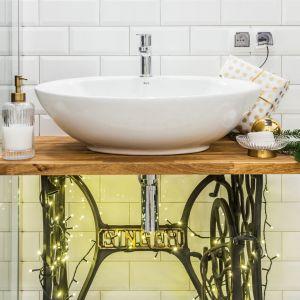 Lampki podkreśliły wyjątkowy charakter podstawy umywalki, przełamując minimalistyczny, nowoczesny styl wnętrza Fot. Pracownia KODO