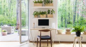 Wyzwaniem dla tych, którzy zamiast dojazdu do pracy, wybierają przechodzenie do drugiego pokoju, może się okazać nie tylko samodyscyplina, ale i zarządzanie czasem oraz własną, biurową przestrzenią.
