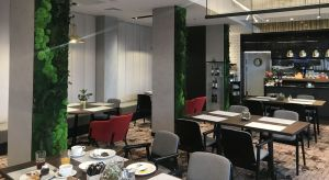 Łódzki hotel Qubus zyskał niedawno nowe oblicze. Metamorfoza, za którąodpowiedzialna była pracownia Tremend, objęła rebranding wnętrz będących wizytówką hotelu - lobby oraz restauracji. Nowa aranżacja nawiązuje do industrialnej estetyki.