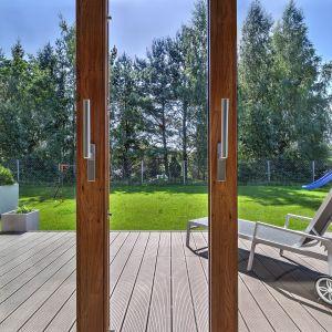 Folie inspirowane naturalnym drewnem (np. Dąb Naturalny, Dąb Bagienny, Winchester XA), utrzymane w różnych odcieniach – jasnych i ciemnych, ciepłych i chłodnych, pasować będą do przytulnych domów, a także tradycyjnych rezydencji. Fot. MS więcej niż OKNA