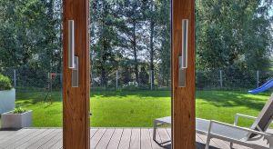 Aby perfekcyjnie dopasować okna do stylistyki budynku i aranżacji konkretnych wnętrz, należy przede wszystkim wybrać odpowiednią barwę stolarki. Ciepłe wzory inspirowane drewnem, industrialne chłodne szarości, a może głęboka czerń?