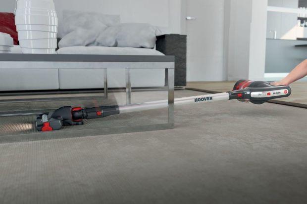 Trudno dostępne zakamarki za meblami, szczeliny w kanapie czy wysoko zamocowane karnisze – to miejsca, które ciężko wysprzątać za pomocą standardowego odkurzacza. Tu przyda się tu wielofunkcyjny odkurzacz.