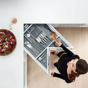 Szafka narożna Space Corner z szufladami Tandembox zachwyca pod względem wykorzystania przestrzeni i komfortu użytkowania. Szuflada z pełnym wysuwem zapewnia bezpośredni wgląd i dostęp do całej swej zawartości na wyciągnięcie ręki. System wewnętrznego podziału Orga-Line pozwala przystosować szufladę do przechowywania wszelkiego rodzaju artykułów. Wycena indywidualna, Blum.