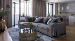 Na wskroś nowoczesny, wygodny i funkcjonalny apartament zaprojektowano dla trzyosobowej rodziny oraz kota rasy rosyjskiej niebieskiej. Układ mieszkania w kształcie litery L umożliwił czytelny podział przestrzeni na część dzienną: otwartą (uloko