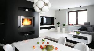 Trzaskające w domowym palenisku drewno przywołuje na myśl ciepłe chwile – dosłownie i w przenośni. Oprócz niewątpliwej funkcji dekoracyjnej, kominek może bowiem z powodzeniem odciążyć funkcjonujący w budynku system grzewczy.