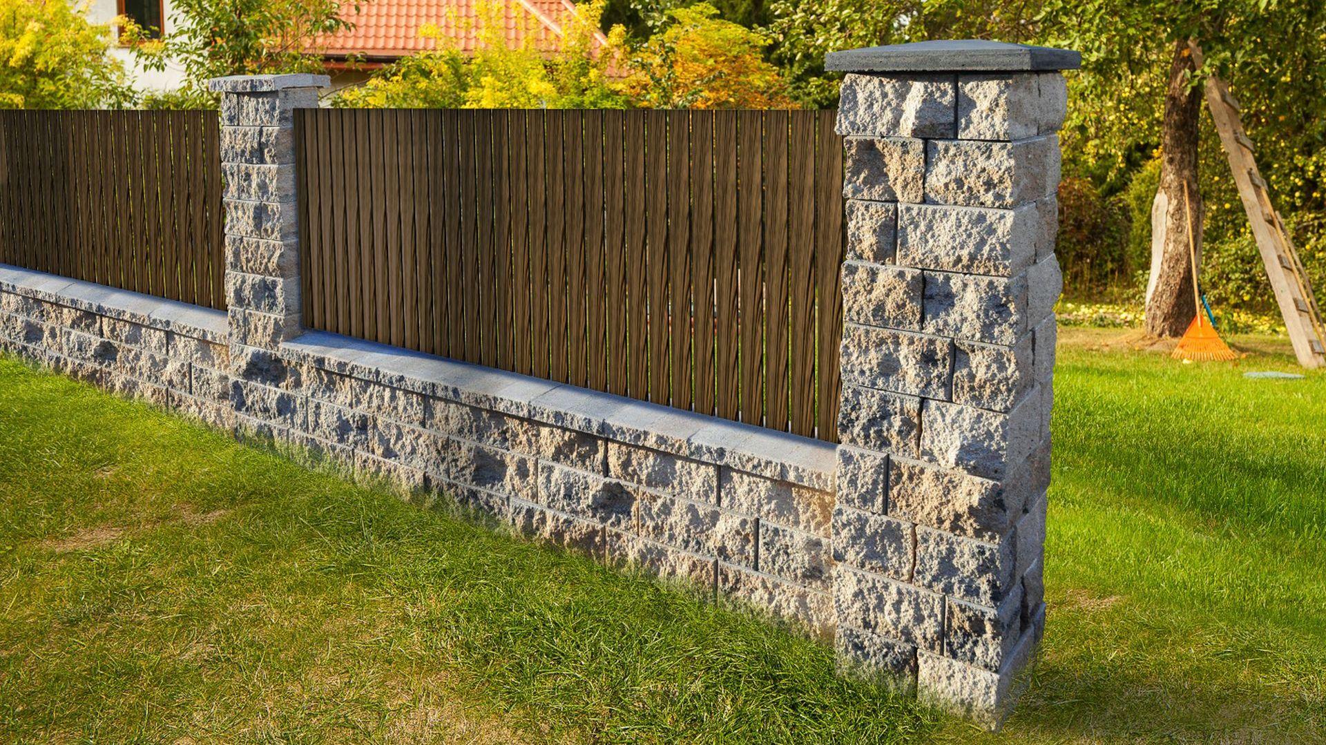 System ogrodzenia najczęściej składa się z podmurówki, murowanych słupków oraz przęseł. Te ostatnie mogą być wykonane ze stali, drewna, siatki czy niemal nieograniczonej liczby innych materiałów nie wyłączając szkła. Fot. Buszrem