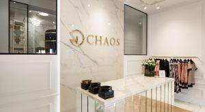 Niepowtarzalne wnętrza butiku marki Chaos, powstałe według projektu architekt Olgi Nijaki, stały się ekskluzywnym, a jednocześnie niedominującym tłem dla charakterystycznych kolekcji Marty Boliglovy. Wyjątkowa atmosfera tego miejsca łączy poczu