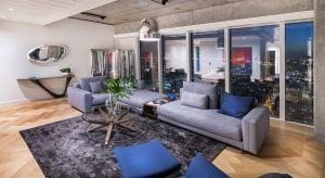 W pracach Oskara Zięty design łączy się z supernowoczesną technologią. Przedmioty i meble są charakterystyczne, niepowtarzalne. Takie jest też urządzone przez tego cenionego projektanta wnętrze apartamentu pokazowego w Złotej 44.