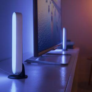 Kompaktowa, wszechstronna oprawa oświetleniowa Philips Hue Play (prod. Signify) zapewnia efekt rozproszonego światła. Może być ustawiona przy telewizorze poziomo, pionowo lub podświetlać go z tyłu. Możliwość wyboru spośród 16 milionów różnych kolorów światła oraz zsynchronizowania oświetlenia z domowym systemem rozrywki, pozwala tworzyć niezwykłe kompozycje świetlne na każdą okazję. Fot. Signify