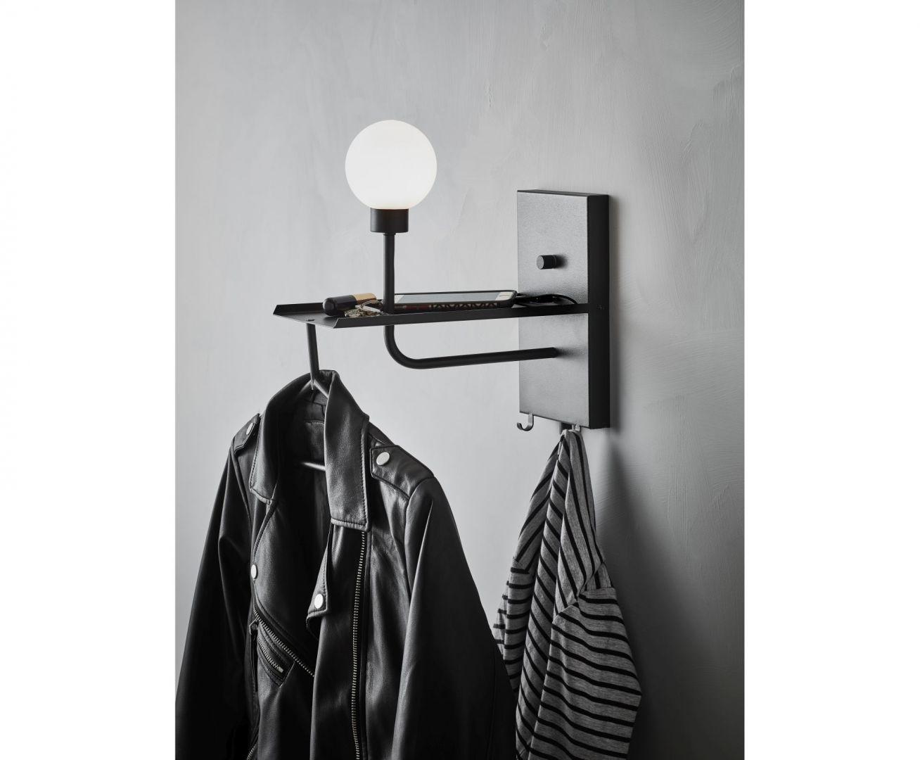 Idealna do przedpokoju, wielofunkcyjna lampa Carson (prod. Markslojd) pomoże wydzielić strefę wejściową w mniejszych mieszkaniach i kawalerkach. Została wyposażona w trzy praktyczne wieszaki na ubrania, półkę na drobiazgi, a także port USB. Natężenie światła można dowolnie regulować. Fot. Markslojd