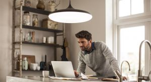 Odpowiednio dobrane pod względem ilości, barwy i sposobu ekspozycji oświetlenie, pozwoli podnieść atrakcyjność pomieszczeń, w których przebywamy. Wspomoże też wydajną pracę i poprawi jakość odpoczynku w domowych pieleszach. Dzięki nowoczes
