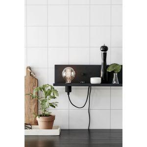 Lampa Multi (prod. Markslojd) sprawdzi się w sypialni przy łóżku lub w kuchni, jeśli potrzebujemy dodatkowego światła nad blatem. Na półce przechowamy kilka niezbędnych rzeczy, a wejście USB pozwoli podładować telefon czy tablet. Dostępna w kolorach białym, czarnym i burgundowym. Fot. Markslojd