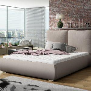 Wysoki zagłówek nie tylko wpływa na walory estetyczne łóżka, ale co ważniejsze, dopełnia filozofię dobrego snu. Fot. Comforteo
