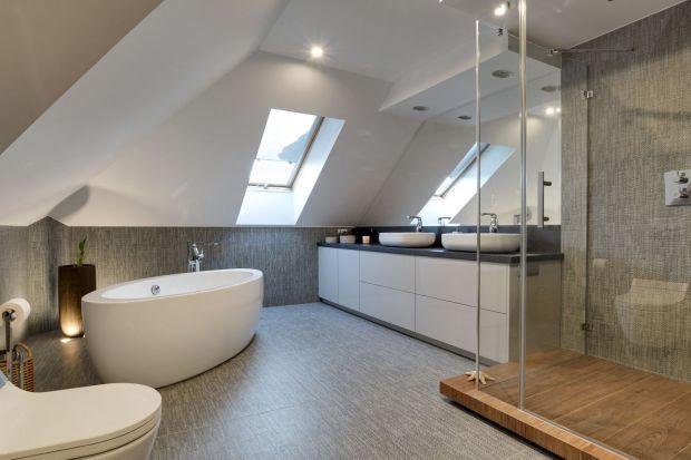 Aranżując łazienkę na poddaszu możemy stworzyć klimatyczne i przytulne wnętrze. Wyzwaniem są jednak skosy, które znacznie komplikują realizację projektu.