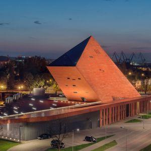 """Muzeum II Wojny Światowej, Gdańsk,Studio Architektoniczne Kwadrat. Najważniejsza w obiekcie jest ekspozycja stała, wokół której zorganizowano cały budynek i pozostałe funkcje. Idea umieszczenia """"zła wojny"""" pod ziemią wpisała się w symboliczny podział obiektu na trzy strefy: przeszłość (zagłębioną 14 metrów pod ziemią), teraźniejszość (symbolizowaną przez plac z budynkiem administracyjnym) oraz przyszłość (architekci umieścili tu wszystkie funkcje naukowe i edukacyjne) z widokiem na odbudowany Gdańsk. Fot. materiały prasowe"""