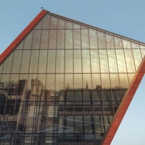 Muzeum II Wojny Światowej, Gdańsk,Studio Architektoniczne Kwadrat. Dramatycznie pochyloną sylwetkę budynku dodatkowo podkreśla czerwony kolor elewacji z betonowych płyt barwionych w masie. Fot. materiały prasowe