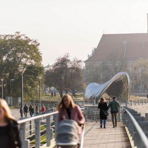 Nawa - Rzeźba Architektoniczna, Wrocław, Zięta Prozessdesign. Jako efekt końcowy NAWA jest ultralekką, trwałą konstrukcją składającą się z 35 stalowych łuków otwierających bramę, przez którą można się swobodnie przemieszczać. Fot. materiały prasowe