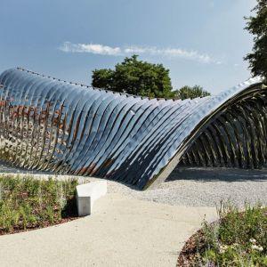 Nawa - Rzeźba Architektoniczna, Wrocław, Zięta Prozessdesign. Bioniczna forma o polerowanej powierzchni tworzy efekt naturalnie wzrastającej rzeźby o ciągle zmieniającym się wyglądzie w ciągu dnia, dając możliwość oglądania niesamowitej gry światła o każdej porze. Fot. materiały prasowe
